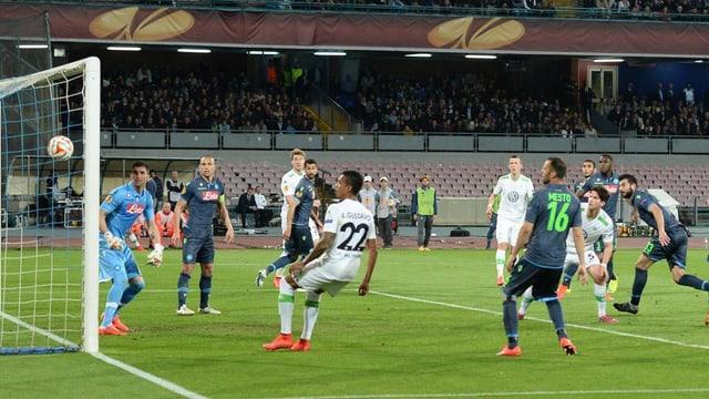 giugaders da Wolfsburg e Napoli guardan suenter a la balla.