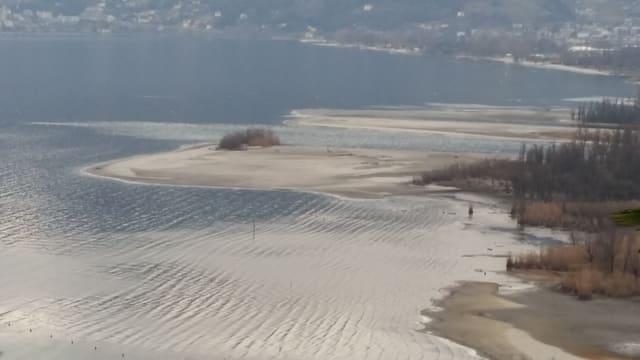 Weitausufernde Sandbänke des Ticinos in der Magadinoebene.