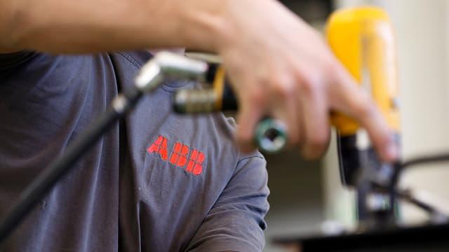 Lavurtant da la ABB cun in lismer cun si il logo da la Firma