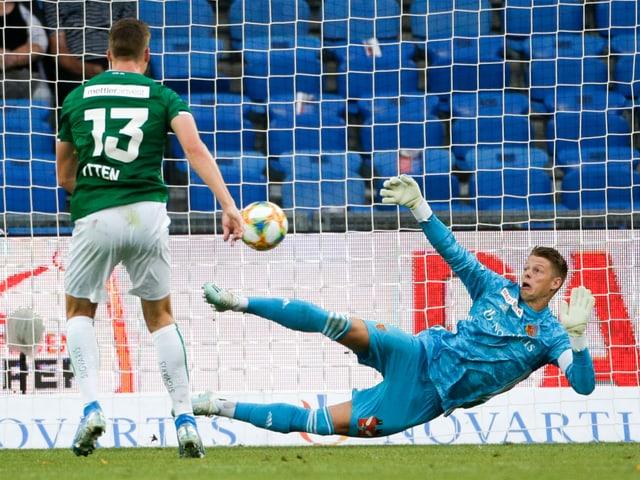 St. Gallens Cedric Itten trifft am 2. Spieltag gegen den FCB vom Penaltypunkt zum 2:1-Sieg.