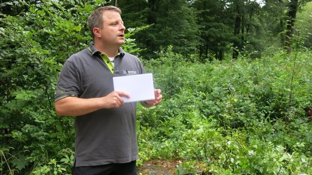 Revierförster Christian Kleiber erklärt die Folgen des Klimawandels, die auch im Hardwald spürbar sind.