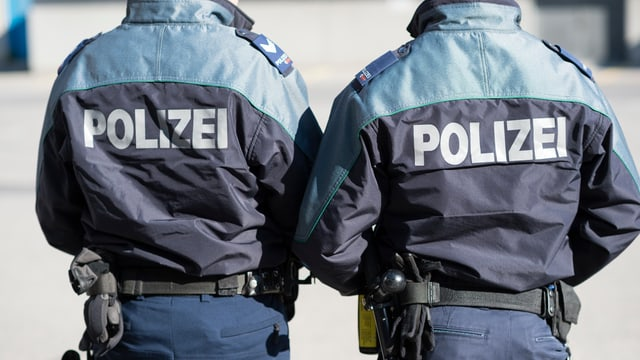 Dus policists da la polizia chantunala grischuna che mussan il dies en la foto.
