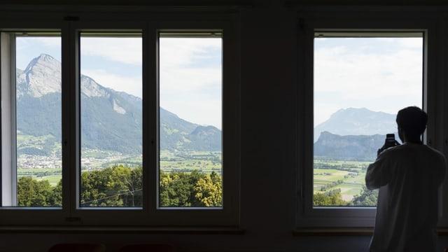 Ein Bewohner des Heims in Vilters macht ein Foto von einem Berg.