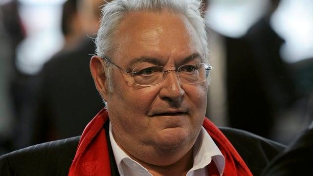 Matthias Gnädinger mit Brille und rotem Schal.