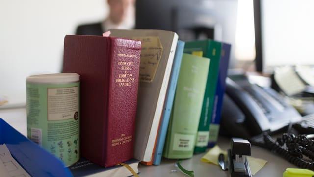 Ein Bürotisch mit Büchern.