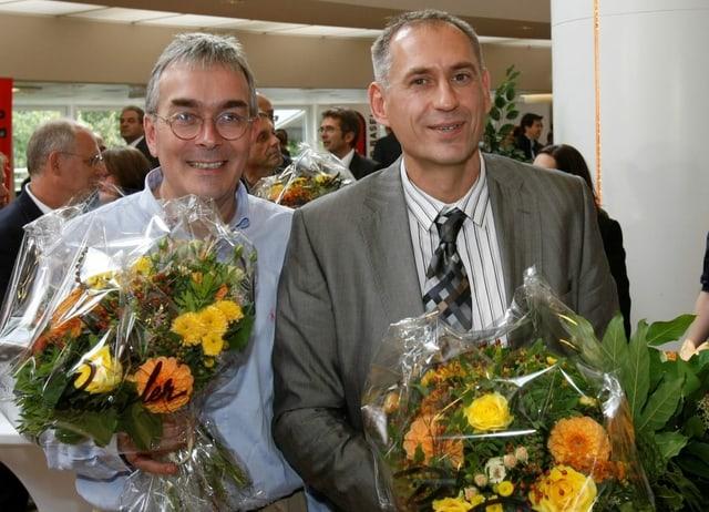 Zwei Männer mit Blumen