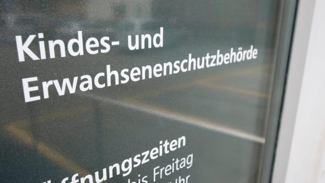 Porta d'entrada da la KESB cun urari.