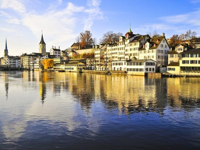 Ganz an die Limmat gebaut: die Altstadt Zürich.