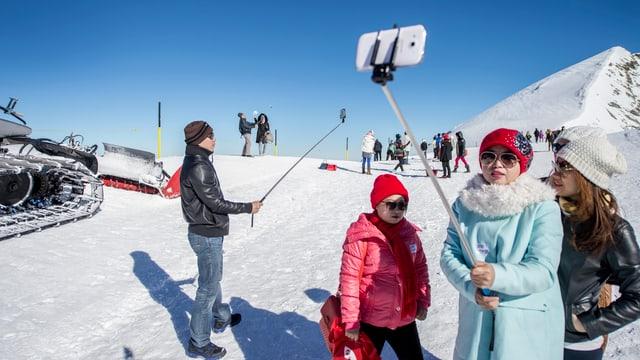 Drei chinesische Touristinnen machen ein Selfie auf dem Titlis.