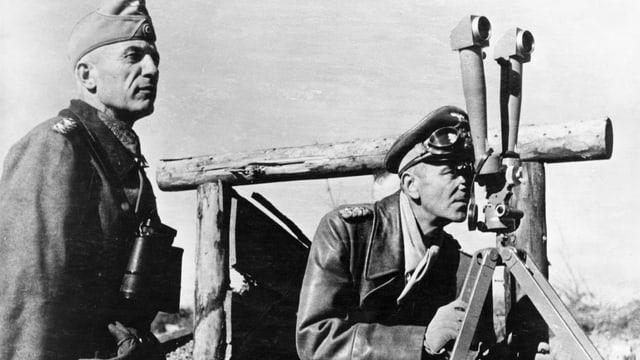 Zwei Deutsche, einer mit Fernrohr, der andere schaut durch ein Scherenfernrohr.