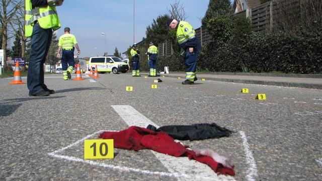 Tatort in Zofingen, mehrere Beamte haben Beweismittel gesichert beziehungsweise mit Zahlentafeln versehen und dokumentieren den Tatort.