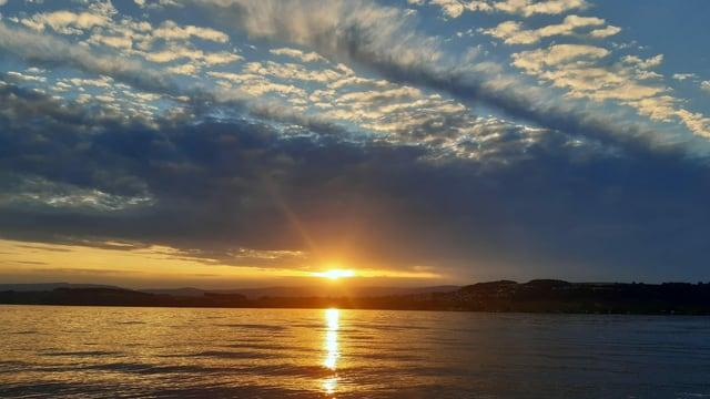 Wunderschöner Sonnenuntergang am Murtensee trotz Bewölkung.