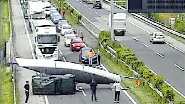 Ein Segelschiff auf der A1 in der Westschweiz blockiert die Fahrbahn. (viasuisse)