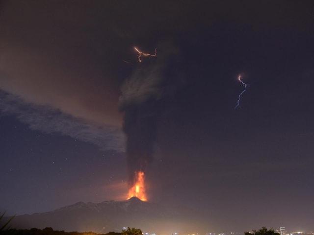Eine Lavafontäne und eine gewaltige Aschewolke
