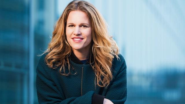 Einstein-Moderatorin Kathrin Hönegger in einer blaugrünen Jacke.