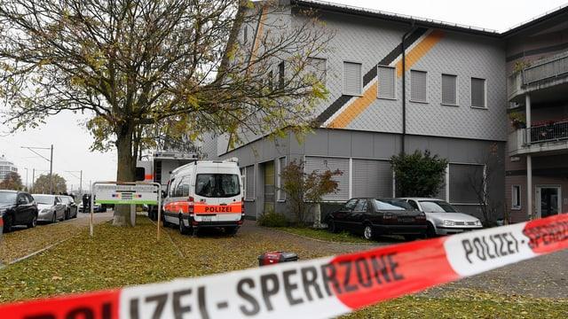 Polizeisperrband und ein Polizeiauto vor der An' Nur-Moschee in Winterthur.