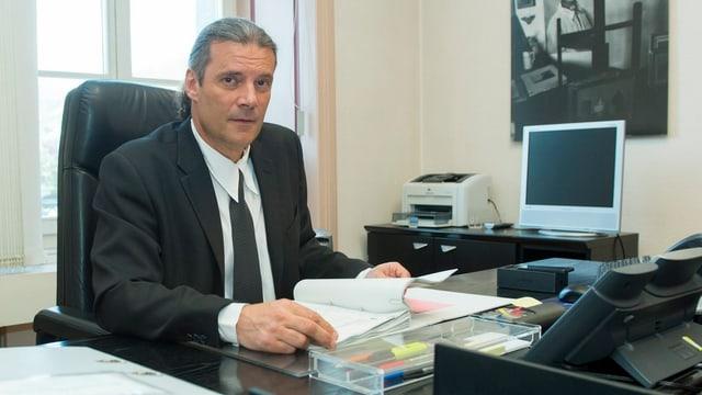 Freysinger arbeitet in einem Büro