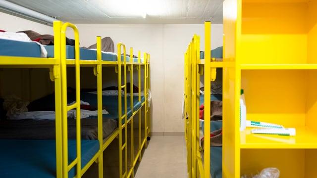 Zweistöckige Betten in einer Asylbewerberunterkunft in einer Zivilschutzanlage.