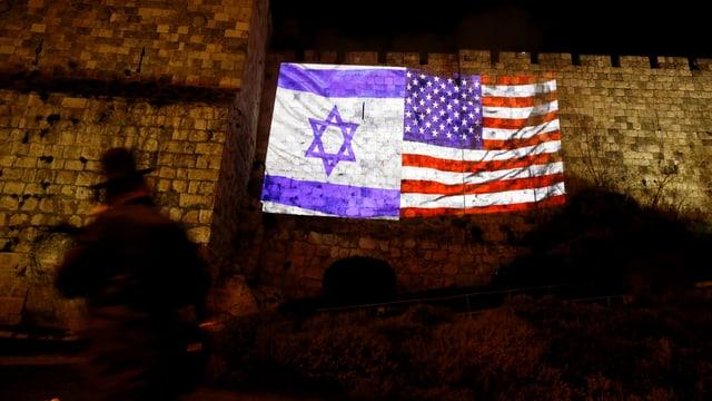 Las bandieras da l'Israel e dals Stadis Unids sin il mir da la citad veglia da Jerusalem.