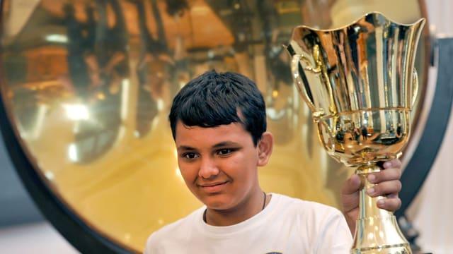 Der junge Inder Granth Thakkar mit dem Siegerpokal der Weltmeisterschaft im Kopfrechnen.