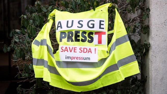 ina vesta cun il slogan: «Ausgepresst, save SDA», purtada durant la chauma da mardi passà a Berna.