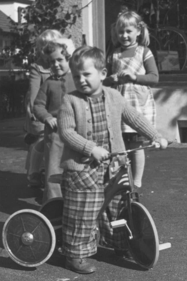 Vier Kinder beim Spielen auf einem Gehsteig.