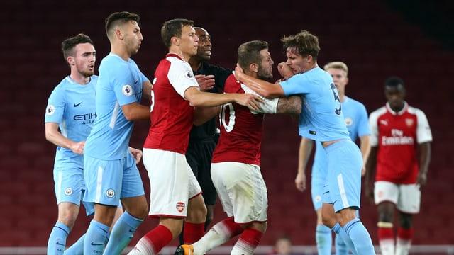 Arsenals Jack Wilshere hat es auf Tyreke Wilson von ManCity abgesehen.