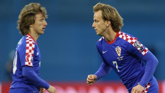 Luka Modric und Ivan Rakitic gemeinsam auf dem Rasen.