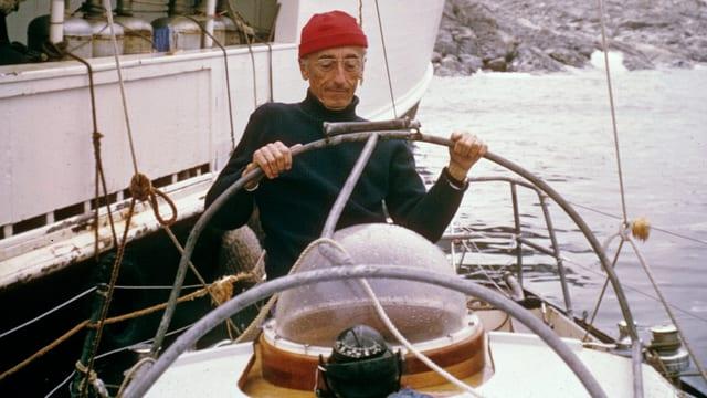 Jacques Cousteau hinter dem Steuer eines Schiffes