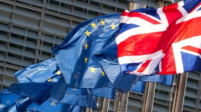 Las bandieras da l'UE e da la Gronda Britannia.