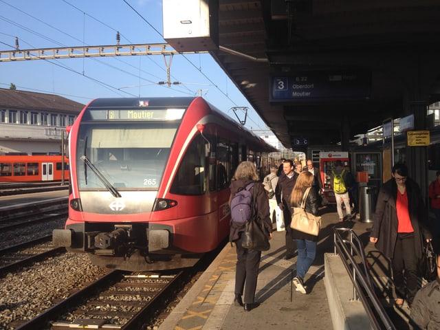Roter moderner Zug mit der Anschrift Moutier
