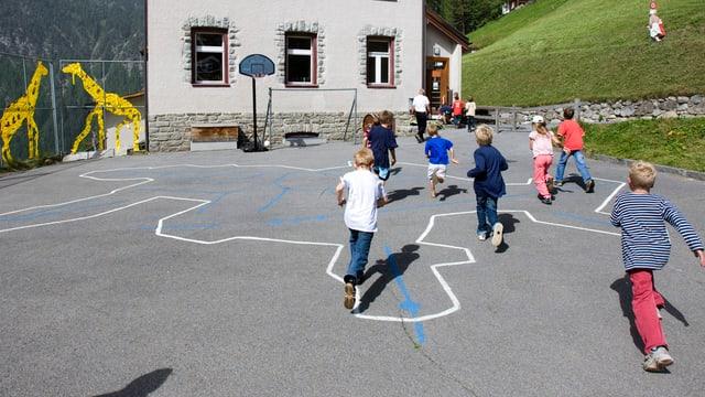 Kinder rennen auf Pausenplatz