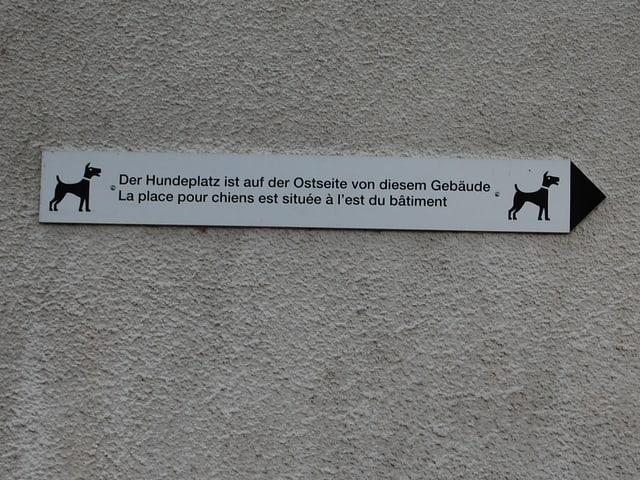 Zweisprachige Tafel an einem Haus des Spitalzentrums Biel-Bienne