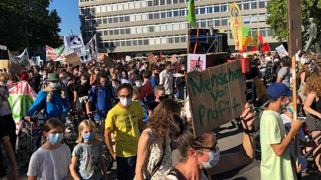 Demonstranten am Helvetiaplatz in Zürich.
