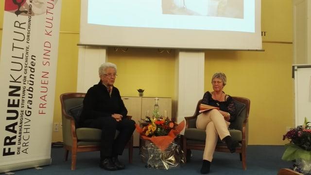 Rina Steier-Peduzzi en discurs cun Silke Redolfi, la manadra dal archiv cultural da dunnas dal Grischun.