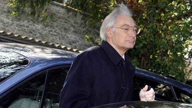 Rolf Erb steigt aus einem schwarzen Auto.