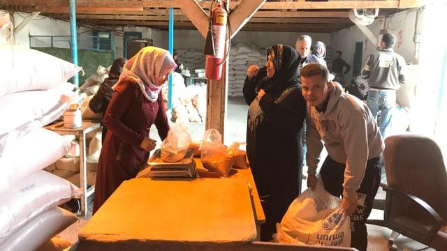 Frauen und Männer bei der Lebensmittelverteilung in Gaza