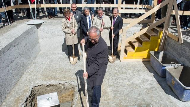 Bundesrat Johann Schneider-Ammann an der Grundsteinlegung des Biozentrums. Im Hintergrund Regierungsleute aus Basel-Stadt und Baselland