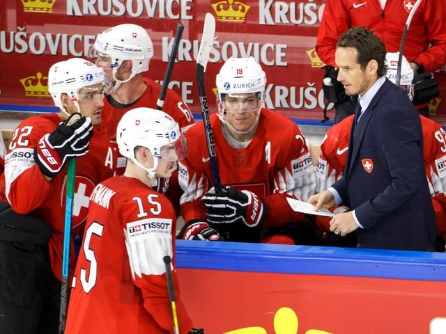 Nati-Coach Patrick Fischer mit seinem Team