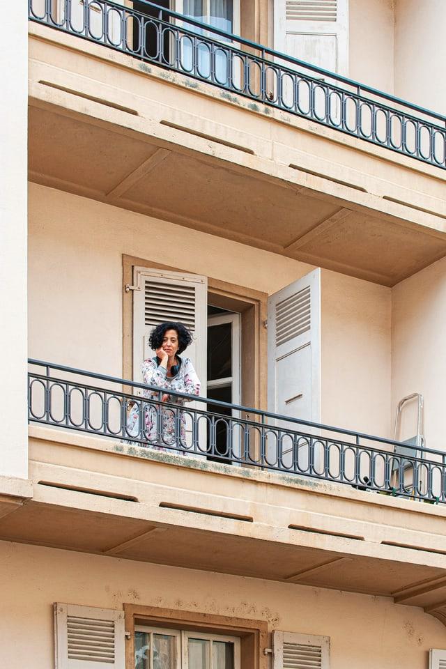 Eine Frau auf einem Balkon.