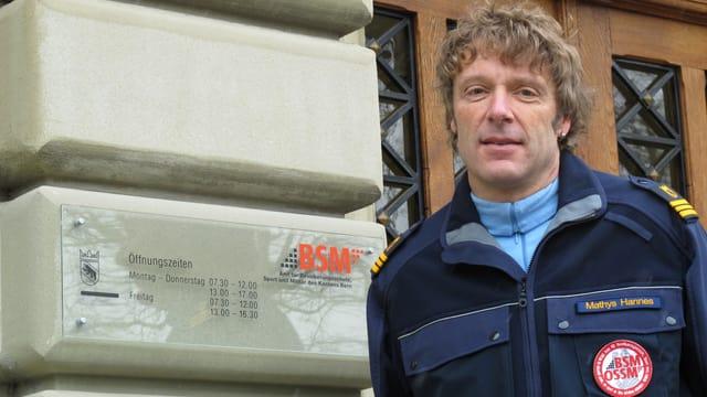 Hannes Mathys in der Jacke des Zivilschutzes, er ist der Abteilungsleiter des kantonalen Zivil- und Bevölkerungsschutzes.