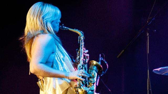 Candy Dulfer mit Saxophon.