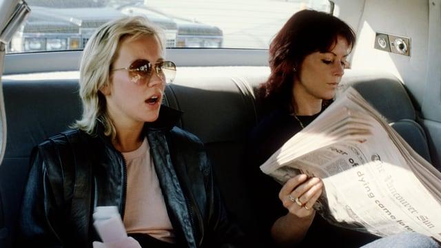 Agnetha Fältskog (l.) und Anni-Frid Lyngstad in der Limousine.