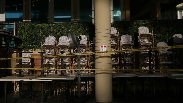 Tische und Stühle in einem geschlossenen Restaurant