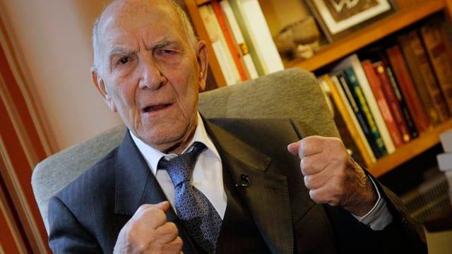 Der 95-jährige Stéphane Hessel voller Energie, mit geballten Fäusten.