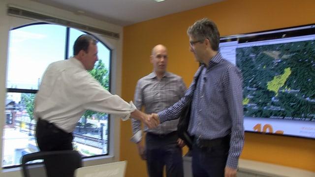 Drei Männer begegnen sich