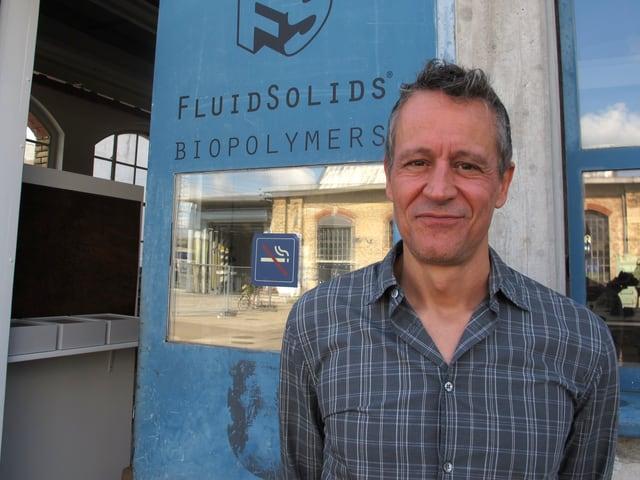 Brustbild von Beat Karrer vor dem Eingang der Firma FluidSolids