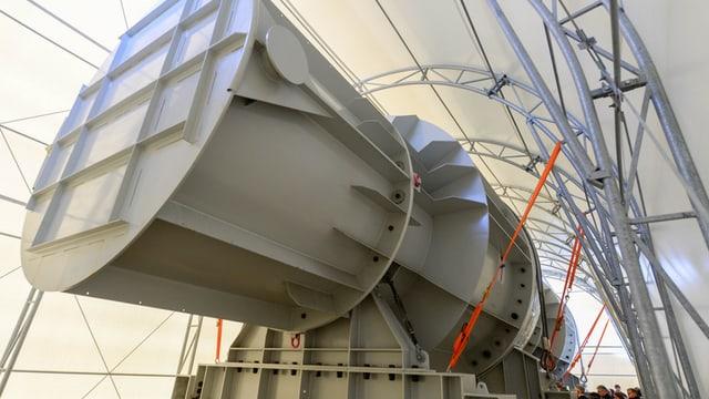 Riesiges Metall-Konstrukt in einer provisorischen Halle