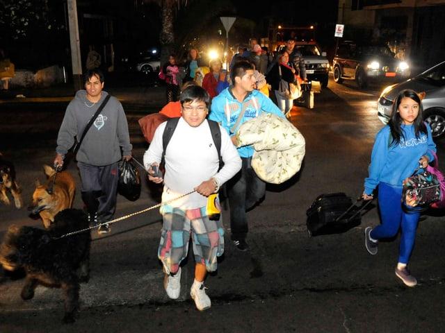 Junge mit Sack und Pack auf der Strasse