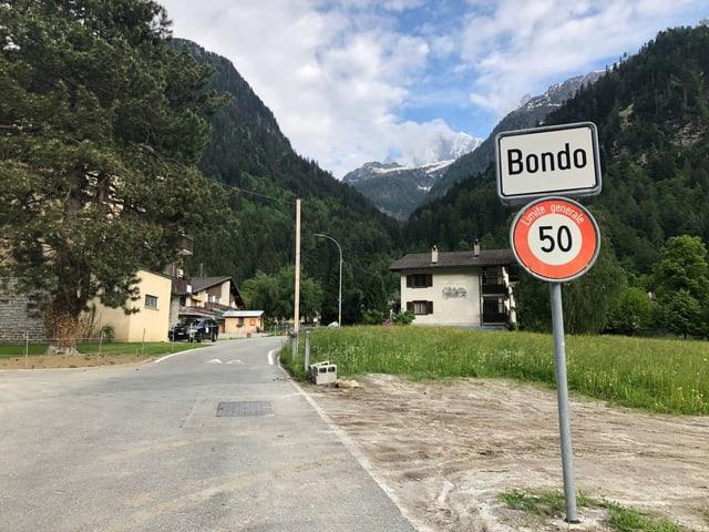 Gemeindeschild, auf dem Bondo steht.